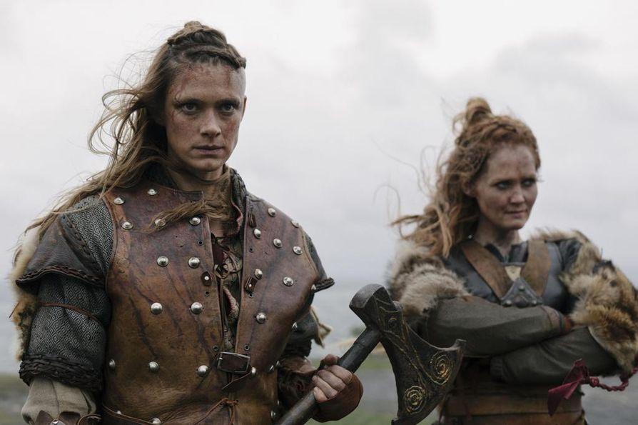 Alfhildr Enginnsdottir (Krista Kosonen) elää Beforeigners-sarjassa kahdessa maailmassa, samassa tilanteessa on hänen ystävänsä Urd (Ágústa Eva Erlendsdottir).
