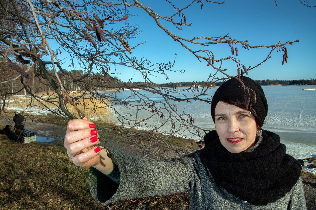 """""""Välillä tuntuu, että Suomi määrittää itseään talvi- ja jatkosodan kautta"""" –Terhi Törmälehto kirjoitti kirjan Taavi-isoisästään, sotasankaruudesta ja sen varjopuolista"""