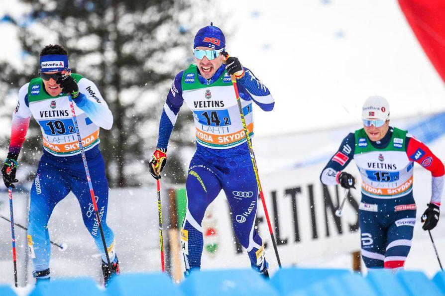 Ristomatti Hakola (keskellä) jäi puolivälieriin miesten MM-sprintissä. Kuva Lahden Salpausselän kisoista.