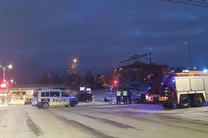 """Yksi henkilöauto kolaroi kahdesti muutaman minuutin sisällä Oulussa – Poliisi: """"Kuljettaja ei pystynyt kertomaan syytä toiminnalleen"""""""