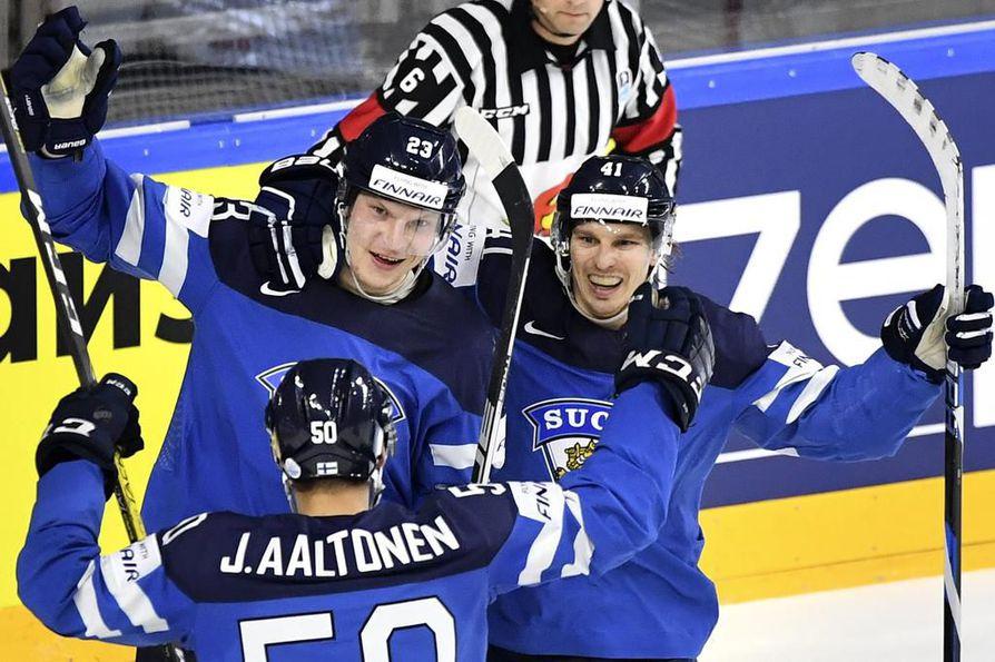 Juhamatti Aaltonen, Joonas Kamppainen ja Antti Pihlström juhlivat Suomen 2-0-maalia.