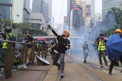 """Kiina mainostaa """"väkivallatonta"""" Hongkong-strategiaansa yllättävässä paikassa, suomalaisessa lehdistössä – päätoimittaja perustelee julkaisupäätöstä"""