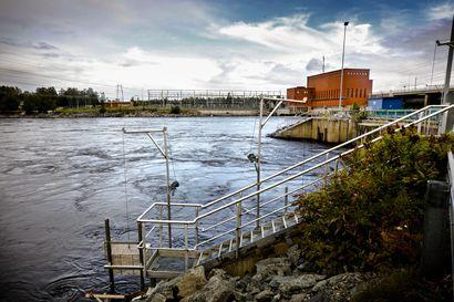 Nosturi lujuu yhä joen pohjassa