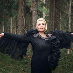 """Laura Avoniuksen biisien """"lintuväreily"""" houkutteli pulmusetkin Hailuotoon"""