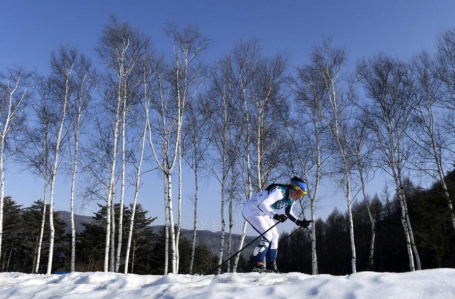 Krista Pärmäkoski hiihti kolmanneksen sunnuntain kisasta yksin.