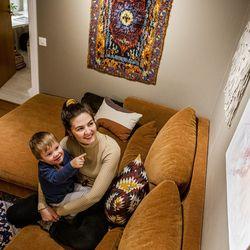 Taidetta koteihin: Sanna Haimilan herkkä maalaus herättelee nyt ajatuksia ja keskustelua Malla Alatalon olohuoneessa