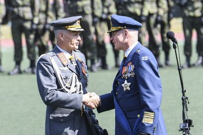 """Puolustusvoimain komentaja Kivinen kiisti Ylelle väitteet Puolustusvoimien """"kummisetäjärjestelmästä"""""""
