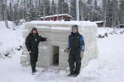 Joulusaunaan vaikka jäitä poltellen – jääsauna nousi Pintamojärven jäälle