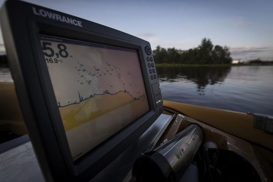 Seppo Salon veneessä on kaikuluotain, josta alla olevat kalat voi havaita. Näytöstä näkee kalojen määrän ja koon. Kalojen vieressä oleva numero kertoo metreinä, missä syvyydessä kala ui.