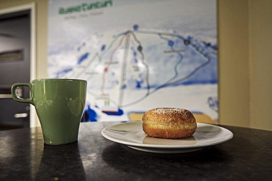 Ruskotunturin kahvion tarjonta ei valikoimillaan varsinaisesti päätä huimaa, mutta tarjolla on perusjuttuja täältä saa kuten ranskalaisia ja hodareita pikkunälkään ja tuoreita munkkeja kahvin tai kaakaon kyytipojaksi.