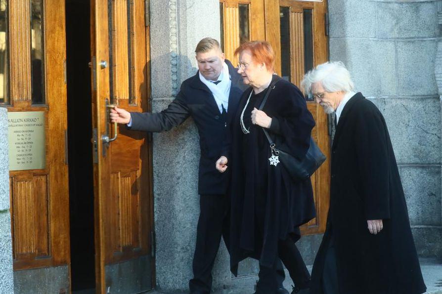 Tarja Halonen ja Pentti Arajärvi saapuivat Kallion kirkkoon Matti Ahteen siunaustilaisuuteen.
