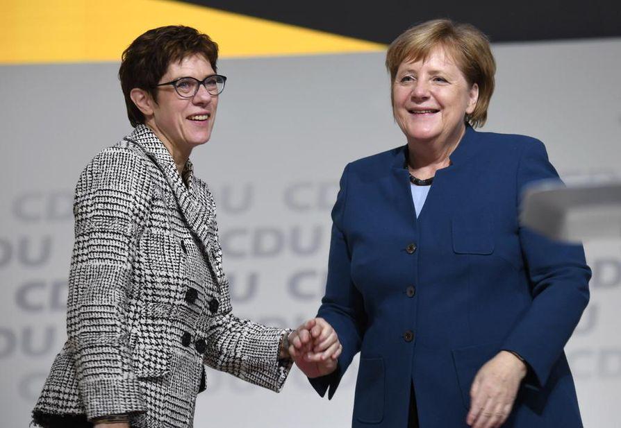 Annegret Kramp-Karrenbauer (vas.) seuraa Angela Merkeliä Saksan kristillisdemokraattien puheenjohtajana. Hänet valittiin tehtäväänsä tänään perjantaina.