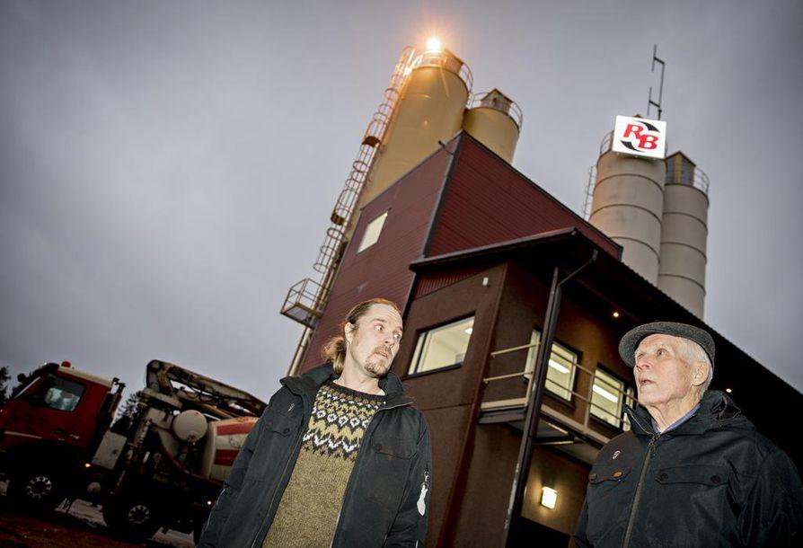 Risto (vas.) ja Martti Väänänen Ruskon Betonin betoniasemalla Oulussa. –Pyhäjoen ydinvoimalan työmaalle vuonna 2016 rakennetut uudet asemat ovat vielä isompia kuin tämä, toimitusjohtaja Martti Väänänen kertoo.