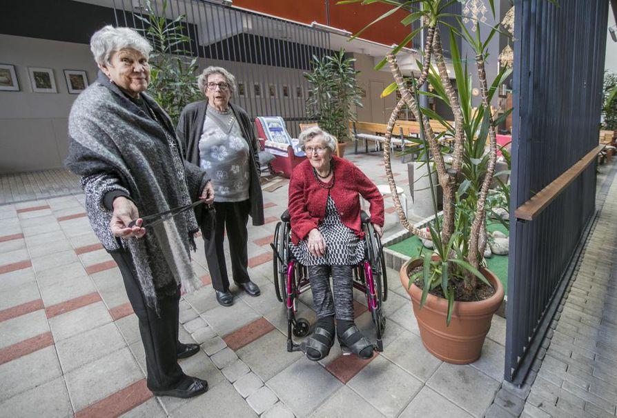 Uutiset vanhusten huonosta hoidosta järkyttävät, mutta Ritva Ahola (vas.), Mirjami Granlund ja Leila Marjamaa ovat tyytyväisiä vaikkapa siihen, että seniorit järjestävät lauantaisin omatoimisesti kahvihetken kymmenille talvipuutarhassa.
