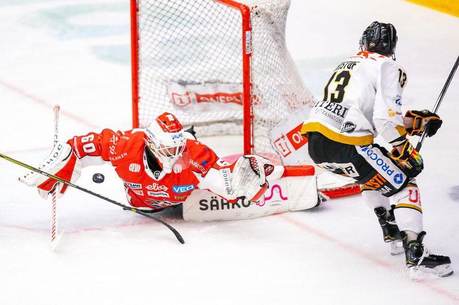 Kärppien Michal Kristof (oik.) ei onnistunut yllättämään Sport-maalivahti Mika Järvistä.
