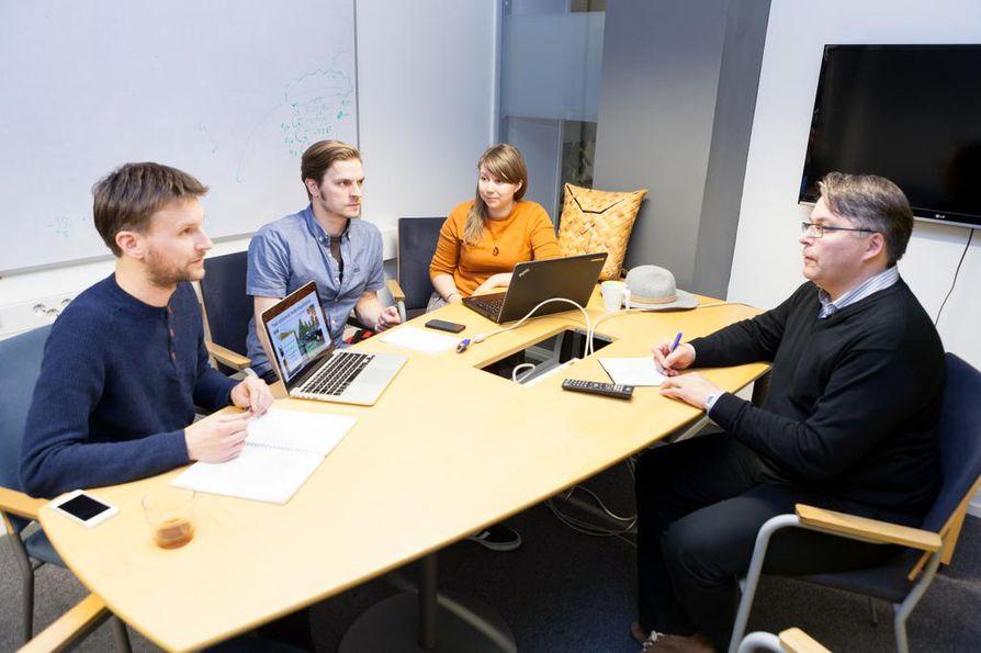 Playsignin Toni Alatalo (vas.), Tomi Hurskainen ja Hanna Rauma kertovat tuotteestaan sijoittaja Erkki Tiittaselle Nestholman yrityskiihdyttämön mentoripäivässä.