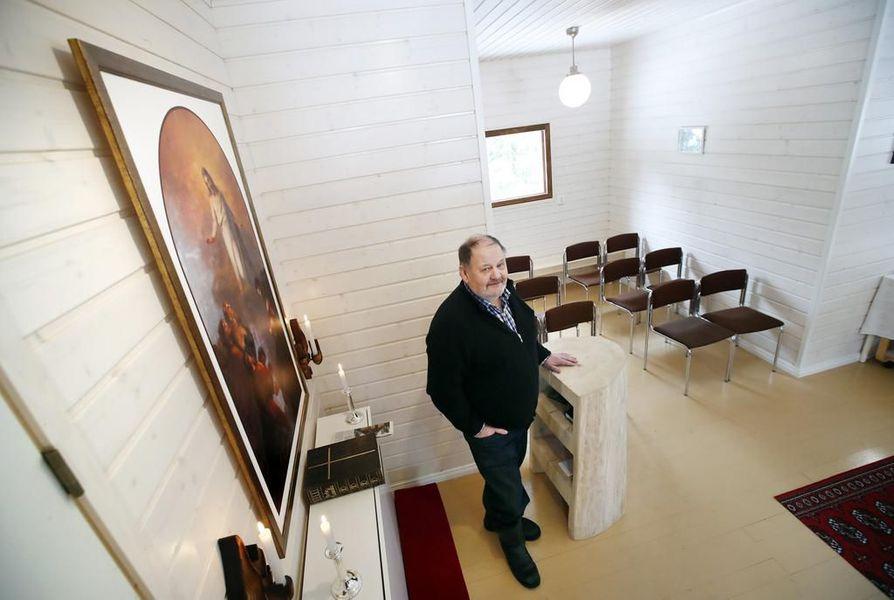 """Aarne Räikkösen """"Hiitolan kirkon"""" alttaritaulu on tehty kuvasta, jonka Aarne Räikkönen otti Hiitolan kirkon alkuperäisestä alttaritaulusta, joka on Poriin kuuluvan Noormarkun kirkossa."""