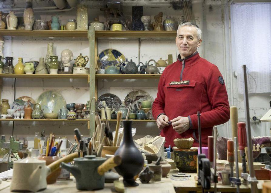 Vasili Reskalenko on dreijannut työtiloissaan Karjasillalla myös keramiikkaa.