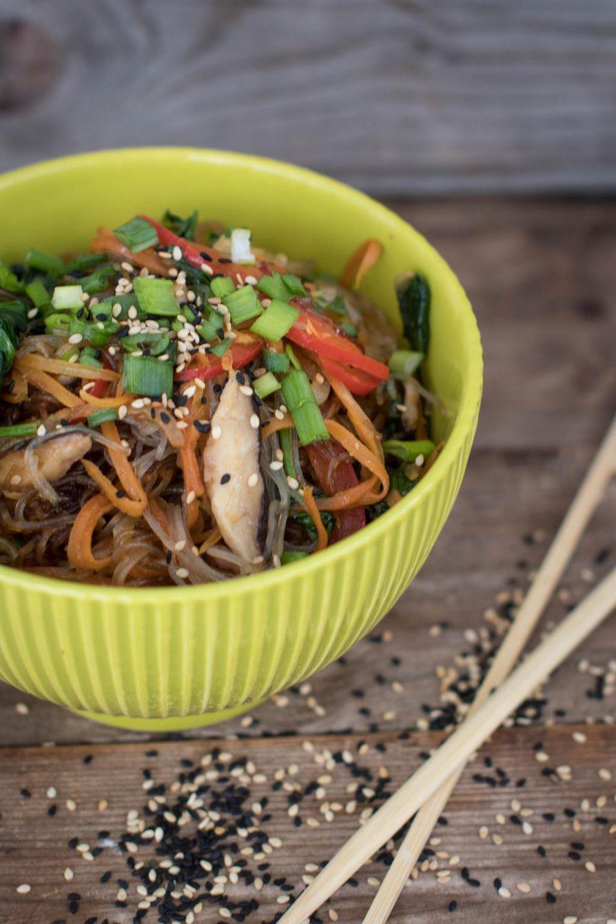 Japchae eli paistetut nuudelit sopivat myös vegaanille. Lihansyöjän version saat, kun paistat mukaan ohuita naudansiivuja.