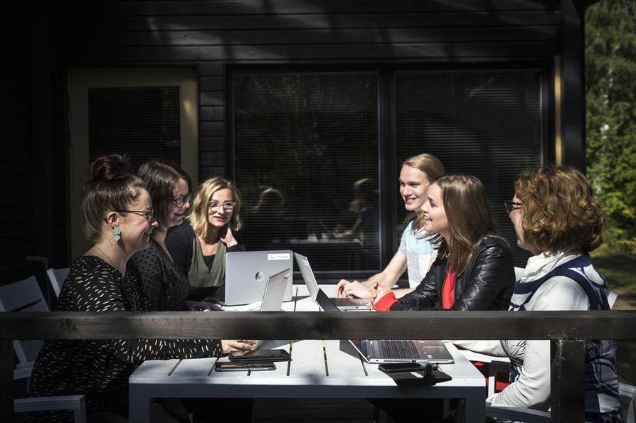 Tiimiin kuuluu nuorisotyöntekijä Sanna Lakso, terveydenhoitaja Sanna Iisakka, sosiaaliohjaaja Mikko Ylimäki, psykiatrinen sairaanhoitaja Soili Kynkäänniemi ja erityisopettaja Marjut Väihkönen. Vasemmalla projektijohtaja Kati Kaarlejärvi.