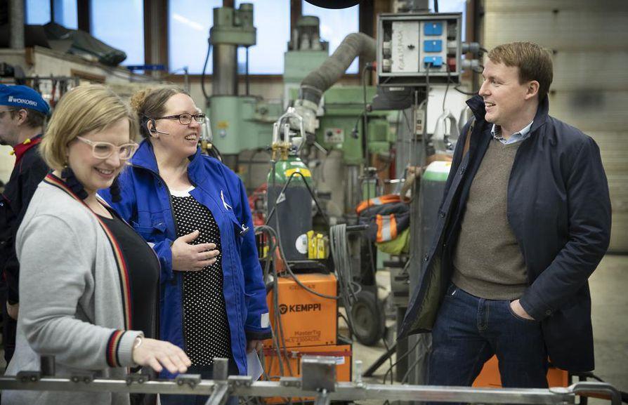 Tutkimusjohtaja Anna-Mari Simunaniemi ja johtaja Matti Muhos keskustelevat konepajatoiminnasta toimitusjohtaja Kaisa Korhosen kanssa.