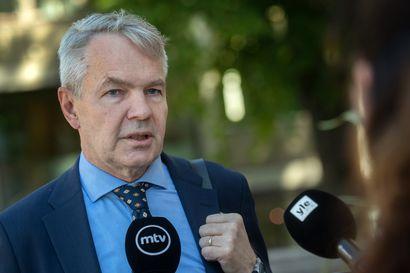 Pekka Haavistoa epäillään kahdesta rikoksesta, mutta syytteeseen on vielä pitkä tie – näin ministerivastuuasia etenee