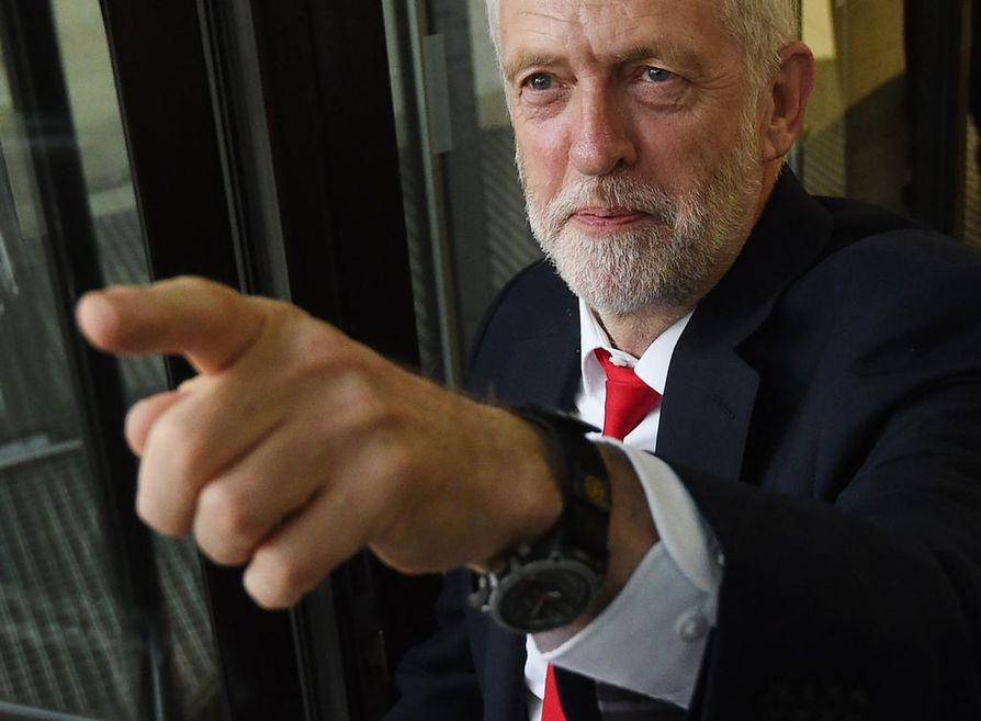 Oppositiojohtaja, työväenpuolueen Jeremy Corbyn on vaatinut Theresa Mayn eroa. Uutta pääministeriä Corbynista tuskin kuitenkaan tulee.