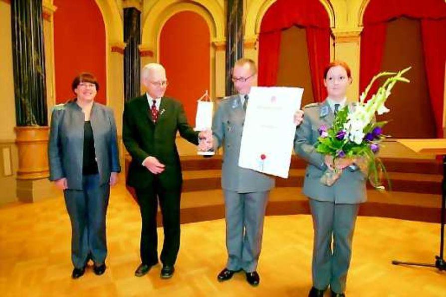Soittokunnalle tukea. Kimmo Rantakeisu ja Maria Ojamaa ottivat vastaan Ettan arvonimen ja Oulu-seuran viirin. Nimitys oli kannanotto sotilassoiton puolesta.