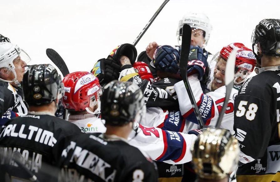 Kärpät tai HIFK asettuu Tapparaa vastaan ensi tiistaina ensimmäisessä liigafinaalissa.