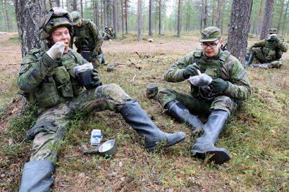 """Puolustusvoimat torjuu koronaa pakkiruualla – """"Onhan tässä omat haasteensa, mutta yleisesti maastoruokailu on ihan hyvin järjestetty"""""""