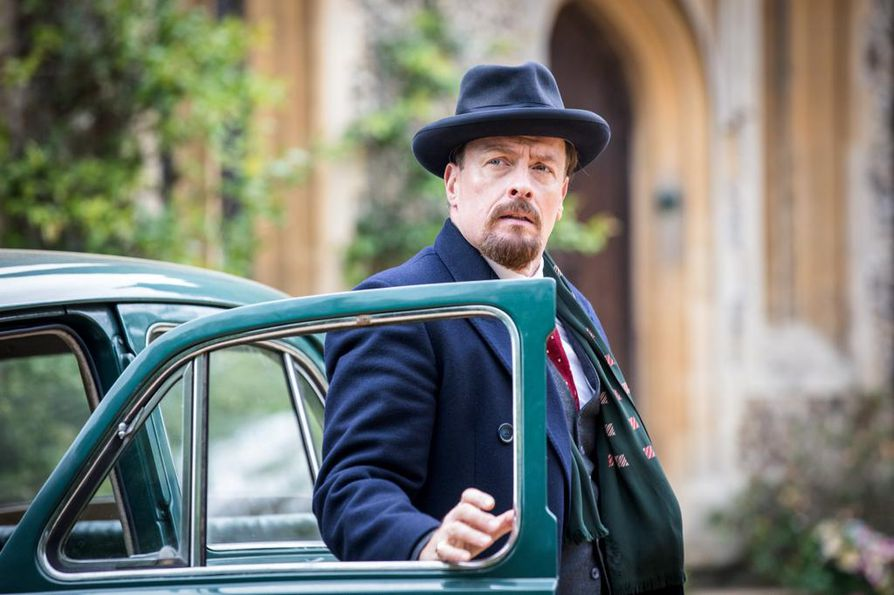 Samuel Petrukhin (Toby Stephens) on venäjänjuutalainen keksijä uudessa koukuttavassa brittisarjassa Salaisuuksien kesä.