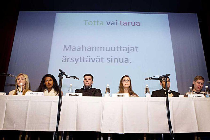 Pohjankartanossa kuultiin maanantaina paljon puhetta rasismista. Paneelikeskusteluun osallistuivat Roosa Kangas (vas.), Hafso Ali, Dimitri Lindgren, Heidi Vieira, Tenho Helmi ja Tuomas Alfthan.