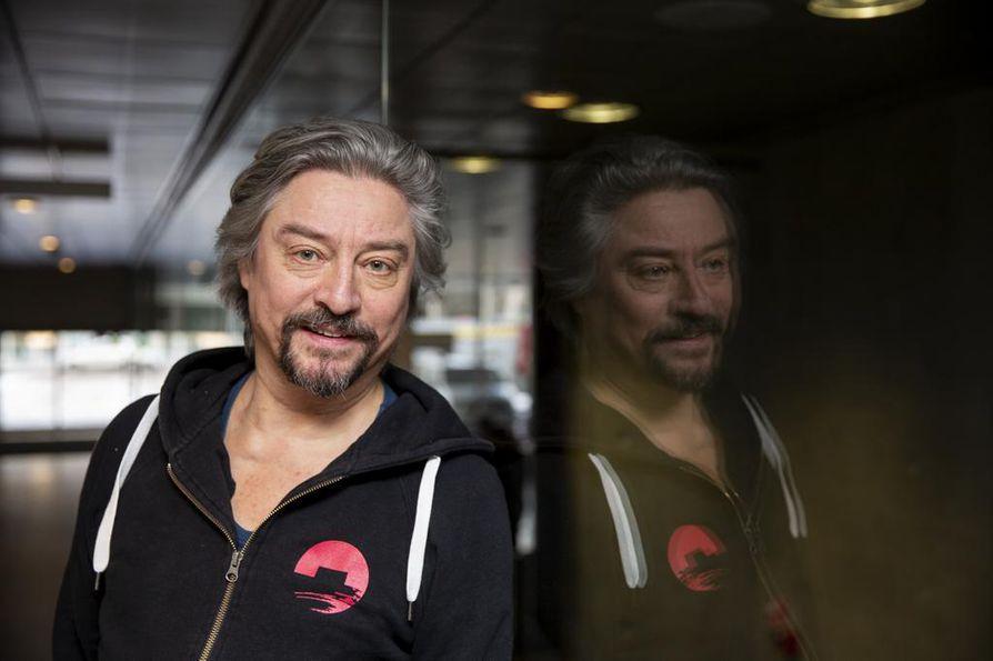 Timo Reinikka on näytellyt Oulun teatterissa vuodesta 1997. Isä-näytelmää kävi ennakkoon katsomassa ja siitä keskustelemassa joukko Oulun muistiyhdistyksen jäseniä.