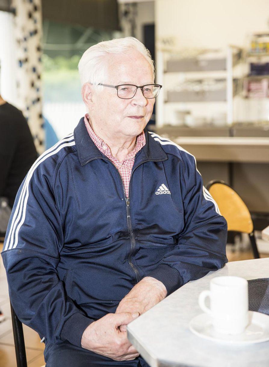 Urho Ulander kertoo, että tapa aloittaa arkiaamu huoltoaseman pöydässä käynnistyi silloin, kun hän jäi eläkkeelle. UIander on tällä hetkellä pöydän vanhin parlamentaroija.