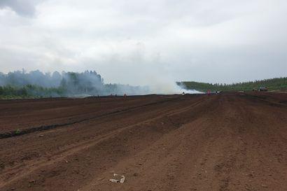 Turvetuotantoalueella Siikajoella syttyi jälleen maastopalo - palo levinnyt viiden hehtaarin alueelle, sammutustyöt jatkuvat yön yli