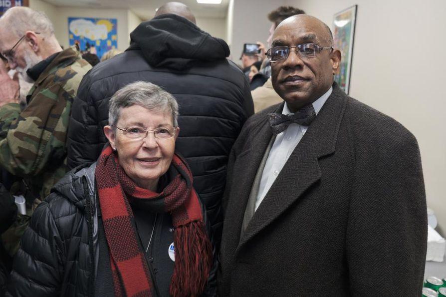 Jan Bannister ja Dudley Mohamed tulivat kuuntelemaan Joe Bidenia Des Moinesissa. Mohamed kiersi mahdollisimman monen demokraattiehdokkaan tilaisuudessa.