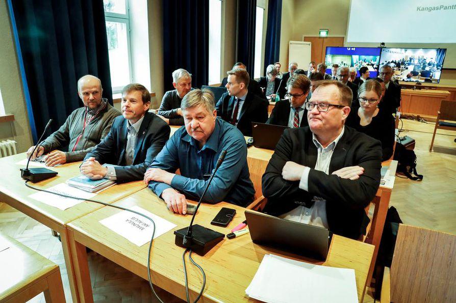 Kittilän kuntakäräjät alkoivat poikkeusoloissa Lapin aluehallintoviraston juhlasalissa, jonne Lapin käräjäoikeus oli joutunut siirtämään istunnon syytettyjen suuren määrän vuoksi. Edessä vasemmalta syytteessä olevia luottamushenkilöitä Tapani Rantajääskö, Timo Kurula ja Aki Maunula.