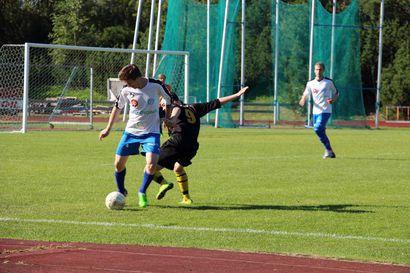 Jalkapallo: Sarjan kärkikamppailu lauantaina