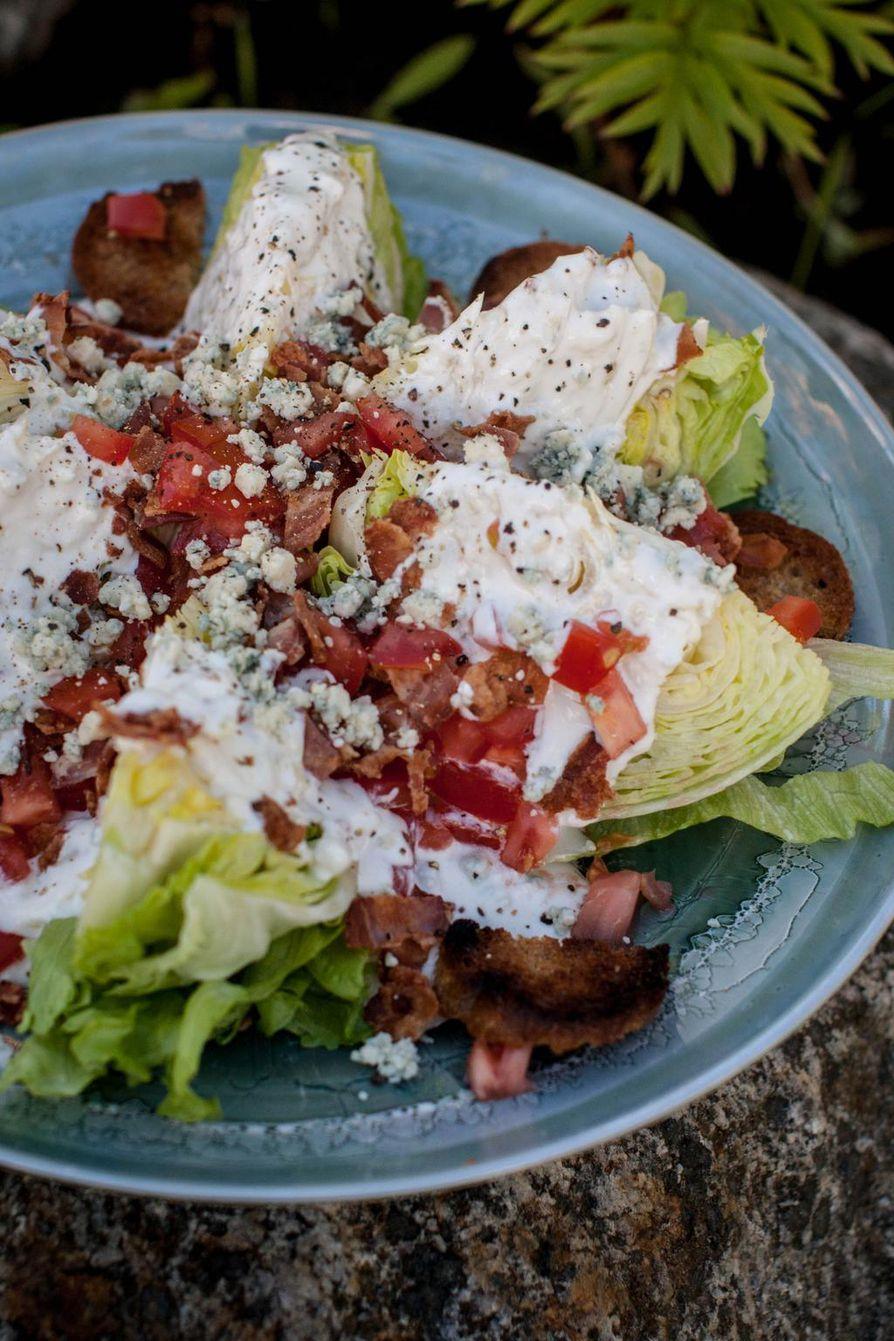 Salaatin tarjoaminen lohkoina on hauska idea. Päälle valutettu piimä-sinihomejuustokastike passaa upeasti raikkaan rouskuvan salaatin kanssa.