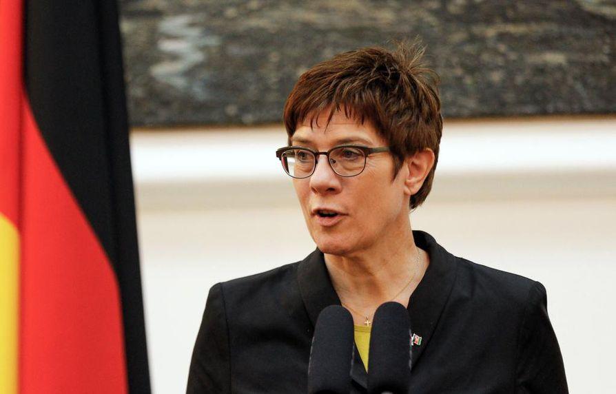 Saksan konservatiivien johtaja Annegret Kramp-Karrenbauer ei hyväksy kaikkia sosiaalidemokraattien vaatimuksia.