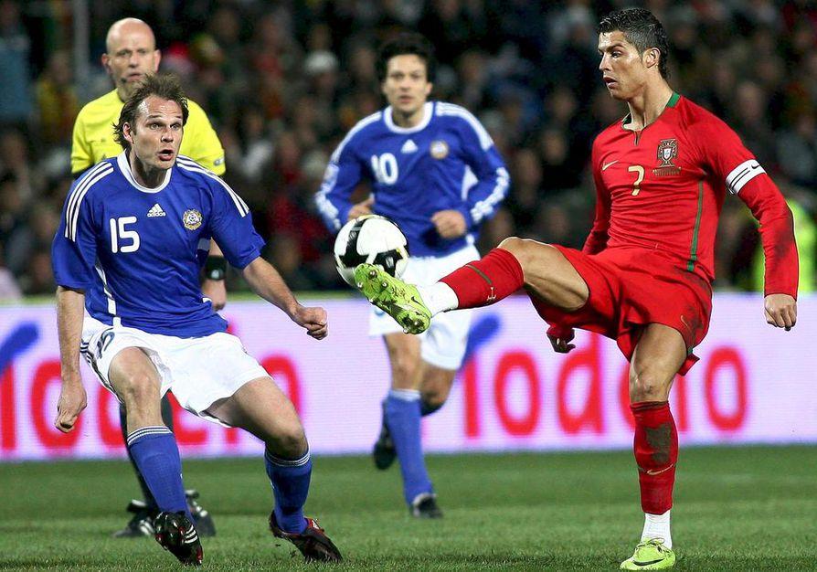 Markus Heikkinen pelasi Suomen maajoukkuepaidassa myös Cristiano Ronaldoa vastaan. Oululainen raatoi keskikentällä, jotta esimerkiksi Jari Litmasella (taustalla) olisi tilaa.