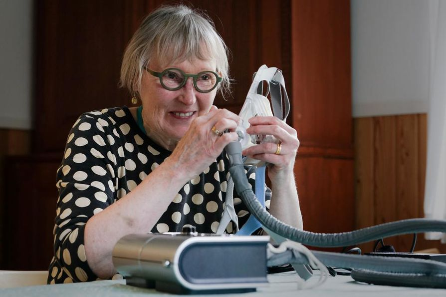 Ennen uniapnean toteamista Anja Väänänen kärsi päänsäryistä ja oli niin väsynyt, ettei kehdannut edes sanoa siitä kenellekään. Työkaverit kokivat hänen muuttuneen aloitekyvyttömäksi. Nyt hän nukkuu Auliksi kutsumansa CPAP-laitteen kanssa ja voi paremmin.