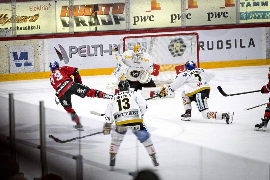 Ässien Otto Kivenmäki yritti yllättää Kärppien maalivahdin Patrik Rybarin. Julius Junttila ja Topi Niemelä seuraavat tilannetta aitiopaikalta.