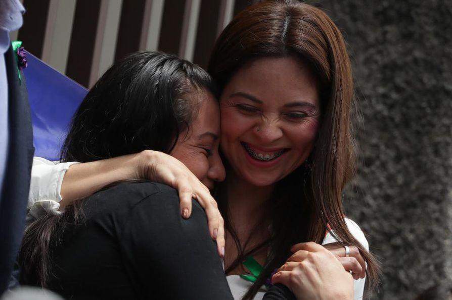 Asianajaja Bertha Deleon (oikealla) halaa Evelyn Hernándezia, kun oikeuden päätettyä vapauttaa Hernándezin murhasyytteistä. Hernández oli vankilassa jo 33 kuukauden ajan ennen kuin hänen tuomionsa kumottiin viime helmikuussa todisteiden puutteeseen vedoten.