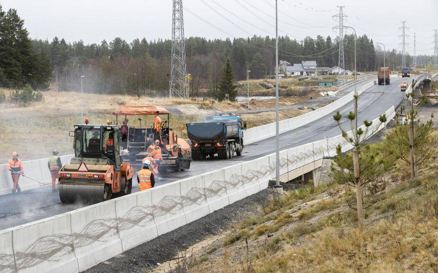 Poikkimaantien siltaa tehtiin kovalla vauhdilla vielä lokakuussa.