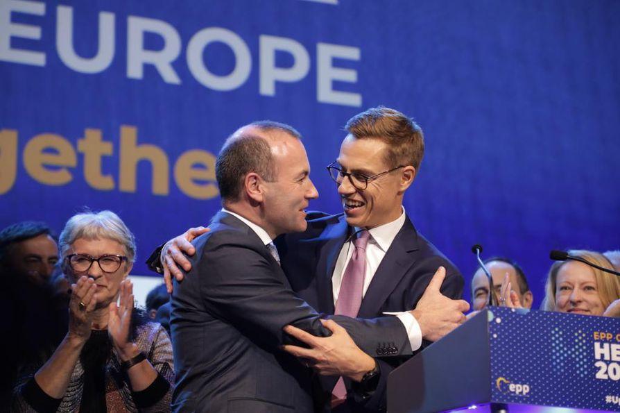 Alexander Stubb onnitteli voittajaansa Manfred Weberiä äänestystuloksen selvittyä.