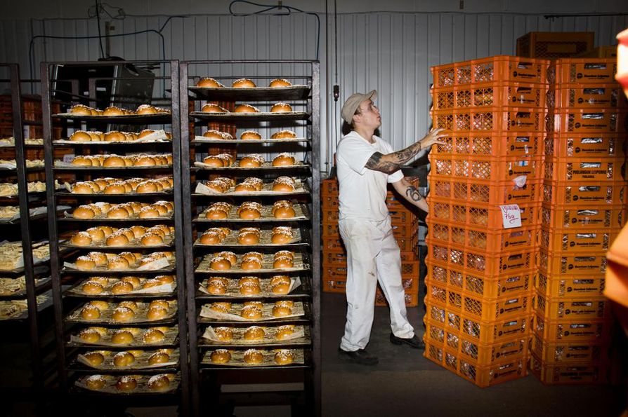 Kuivaksen Leipomon pakkaajat saapuvat aamuyön työvuoroon puoli neljäksi. Antti Heikkinen pukkaa laatikkopinot asemiin ja ryhtyy pakkauspuuhiin.