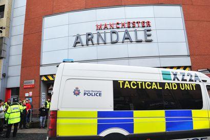 Hyökkäys ostoskeskukseen hiljensi Manchesterin – viisi ihmistä loukkaantui puukotuksissa Manchesterin keskustassa