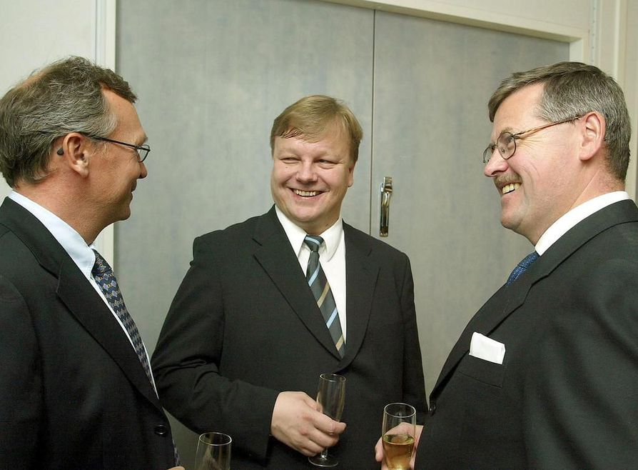 Jyrki Hallikainen (keskellä) Microcellin toimitilojen vihkiäisissä vuonna 2003. Yhtiön johdossa toimi Anders Torstensson (vas.). Hallikainen oli yhtiön hallituksen puheenjohtaja. Oikealla Yritys-Tapiolan Oulun toimiston myyntijohtaja Harri Kynnös.