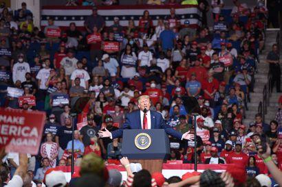 Trump teki paluun kampanjointiin odotettua pienemmän yleisön kera – kertoi haluavansa vähentää koronatestausta, sillä se nostaa tartuntatilastoja